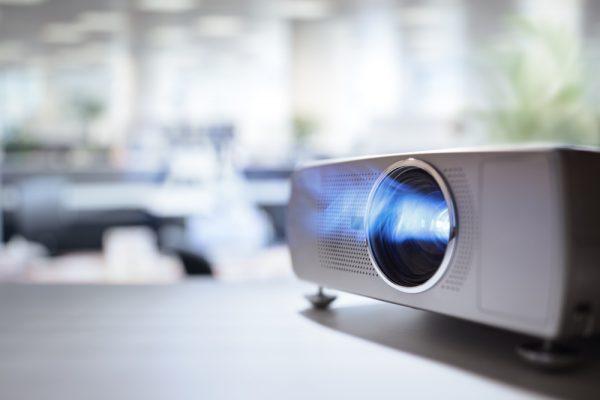 En projektorskærm gør spiloplevelsen meget bedre